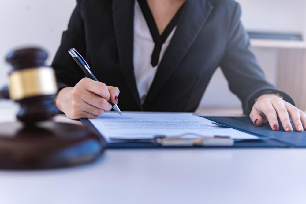 弁護士に削除や発信者情報開示を依頼する